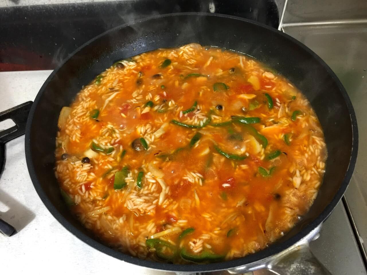 7.沸騰したらコンソメ 小さじ2、塩一つまみをいれて、弱火で15分煮る