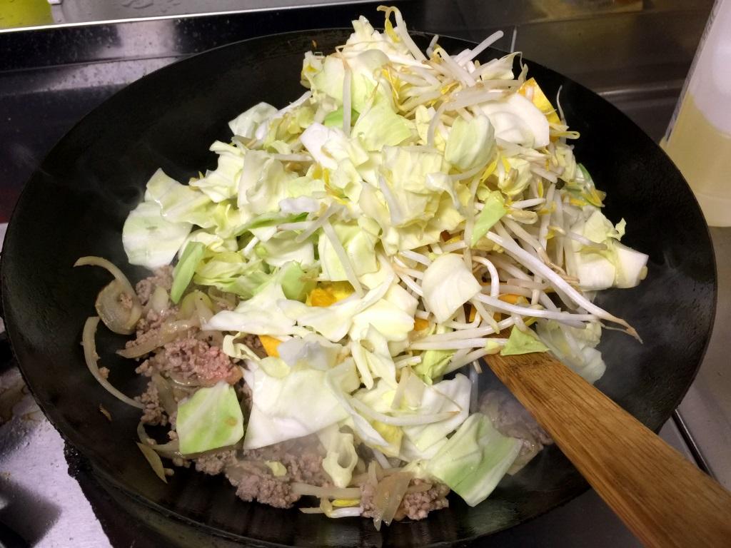 6.ひき肉に色がついてきたら残りの野菜を鍋に入れる。