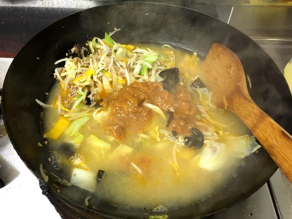 10.お湯を鍋に入れる。