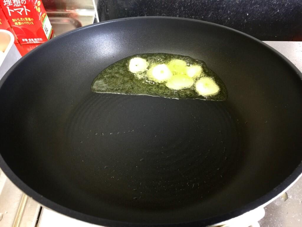 4.フライパンにオリーブオイルを入れ、ニンニクを揚げる