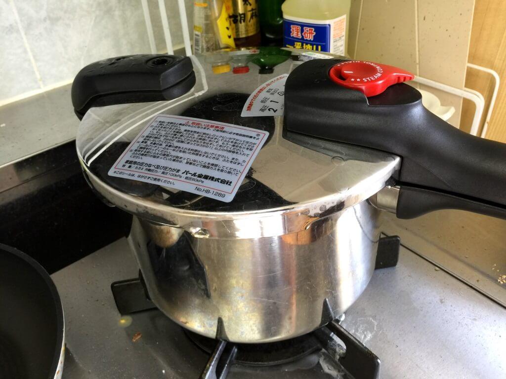 14.あくとりシートをとって圧力をかける。圧がかかってから15分間中火で煮る。