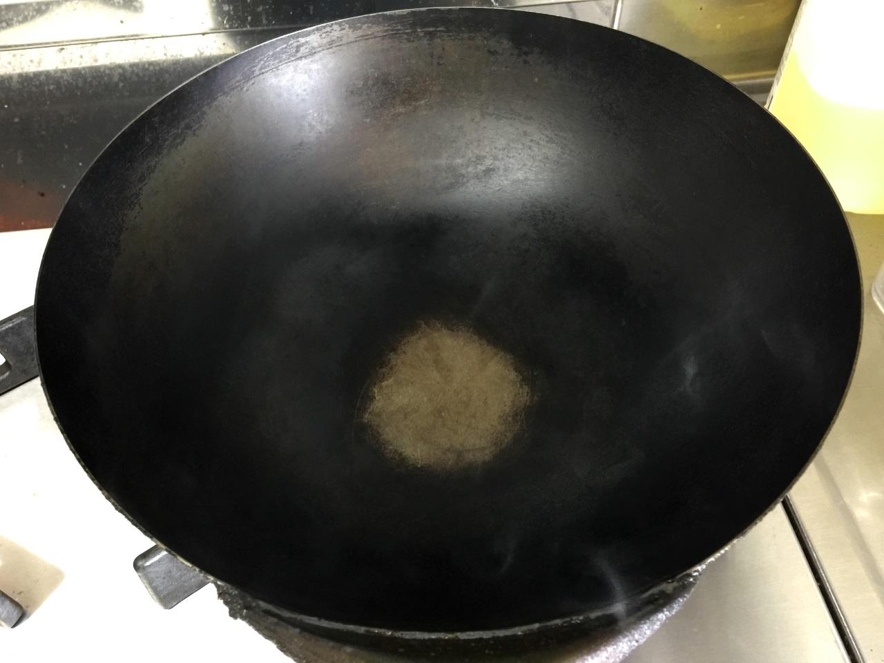 5.中華鍋を強火で煙が出るまで熱します。