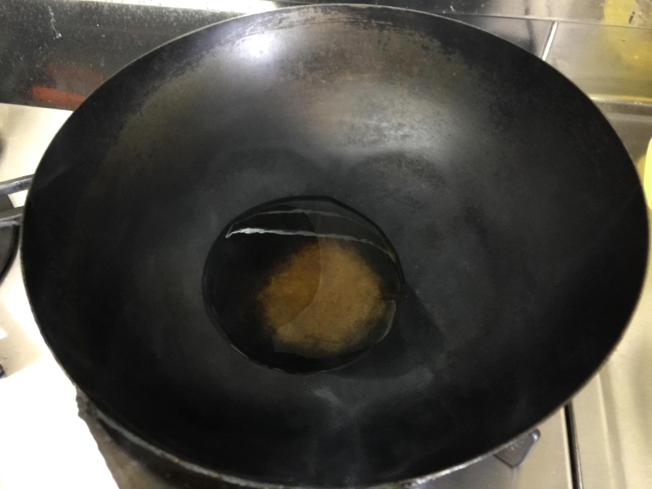 6.サラダ油大さじ1を鍋に入れます。