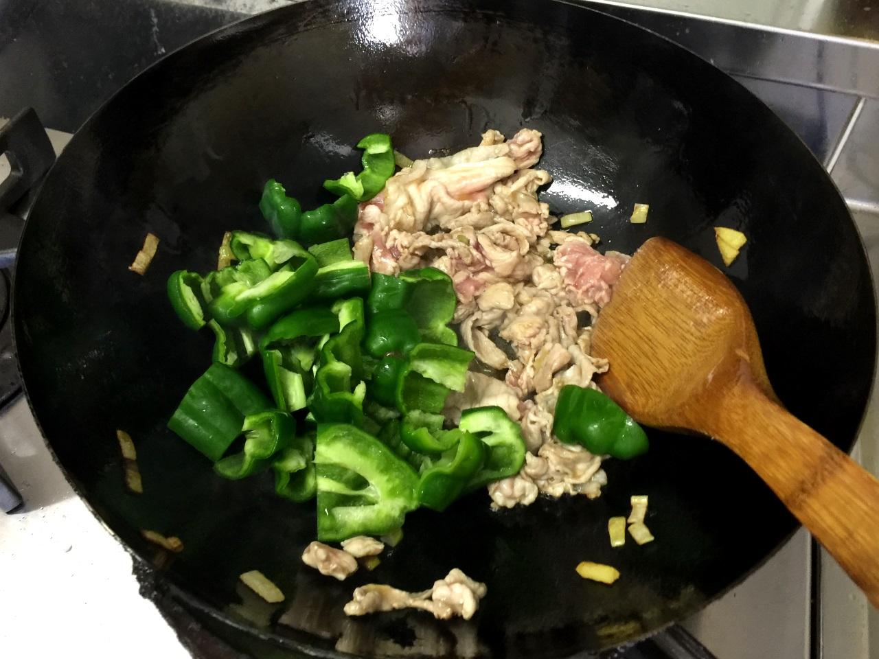 8.香りが出てきたら肉を入れます。