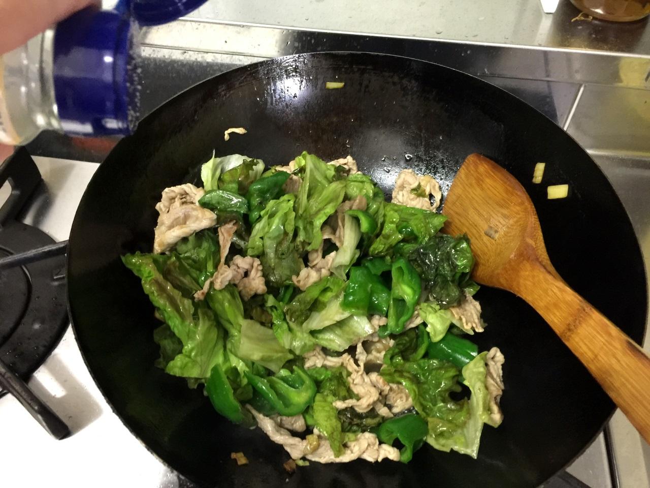 11.サニーレタスが小さくなってきたら塩少々と鶏がらスープ小さじ1を入れます。