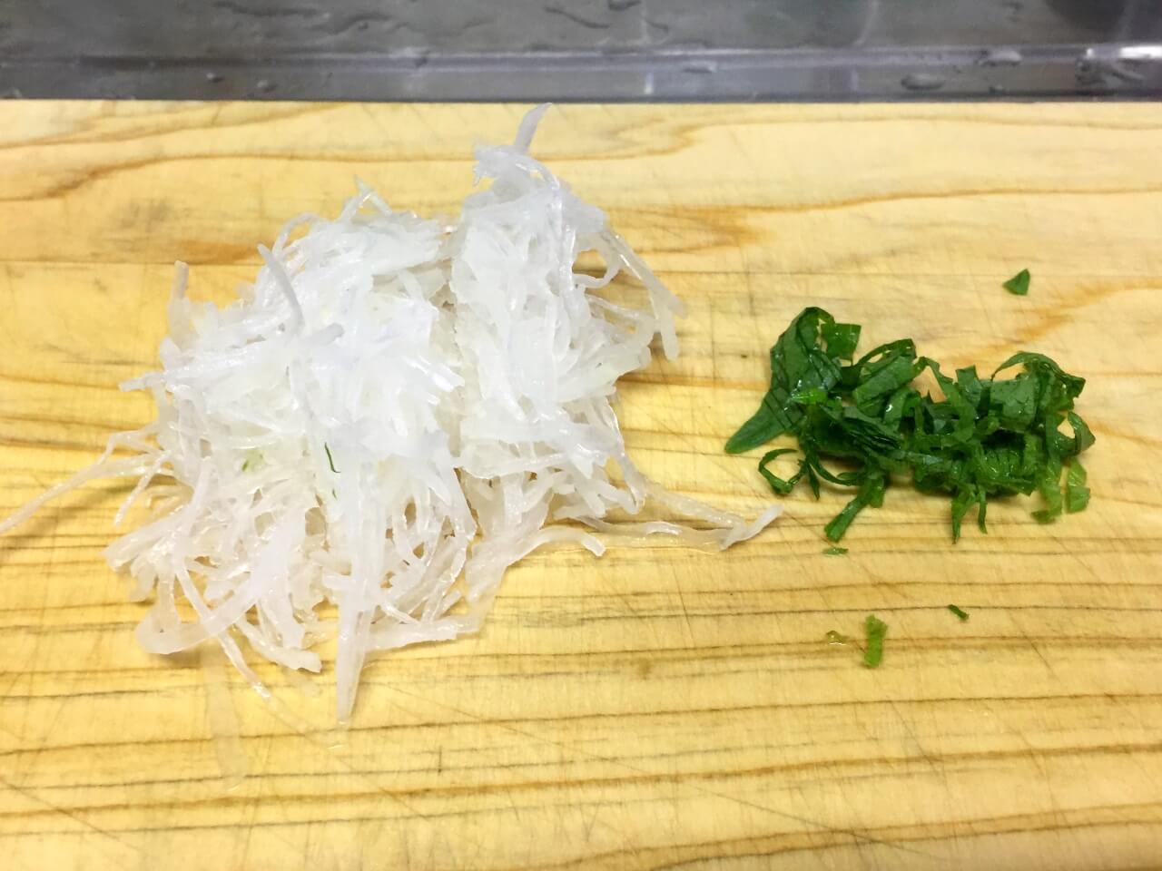 3.刺身のツマがあれば大根をざく切り、大葉を千切りにします。
