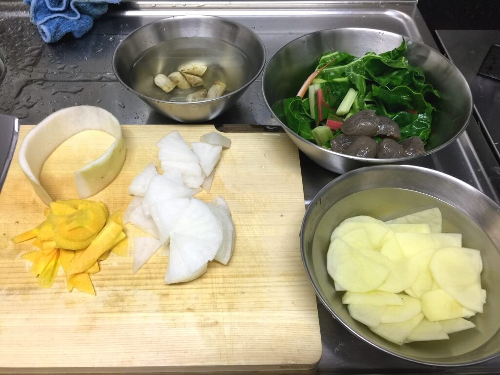 1.ダイコンとニンジンは薄いいちょう切りに、葉野菜はざく切りに、ゴボウとイモはぶつ切りにして水にさらします。(写真ではけいたま用にイモとニンジンは薄くスライスしました。)