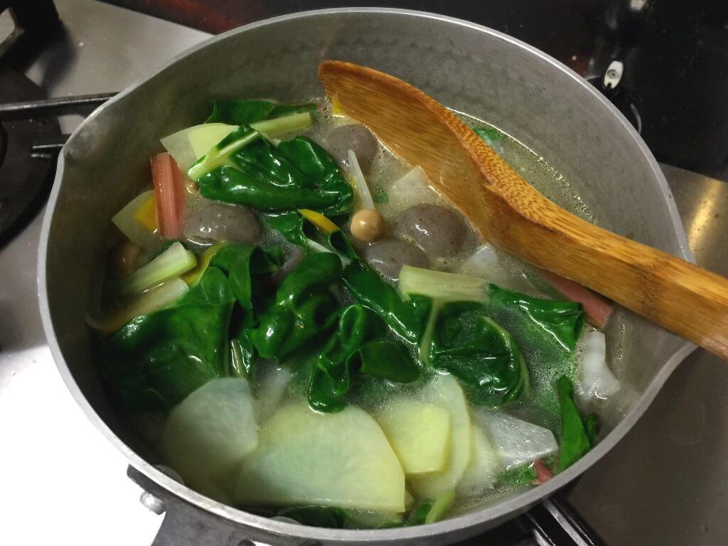 7.鍋にひたひたの水を入れます。