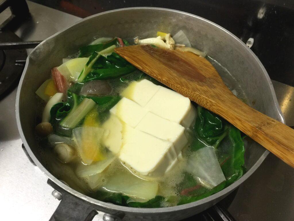 8.豆腐を鍋に入れます。