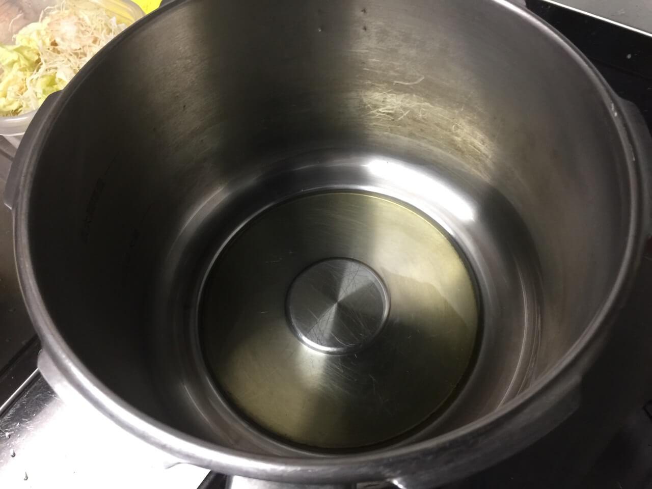 5.鍋に油大さじ1を引きます。