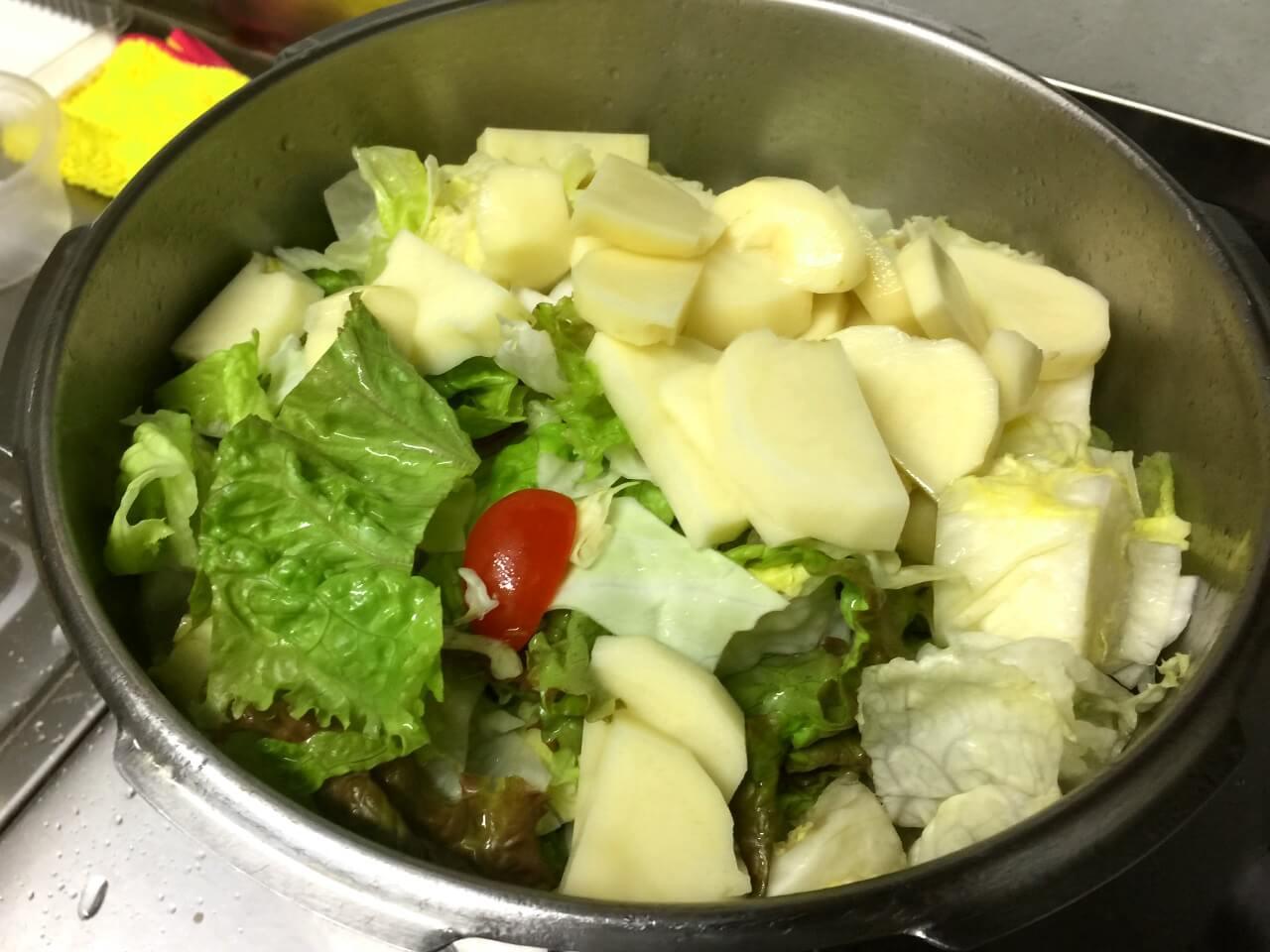 7.30秒ほどしてから野菜を入れます。