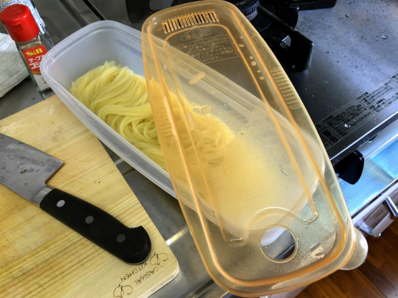 13.パスタのお湯を切る。