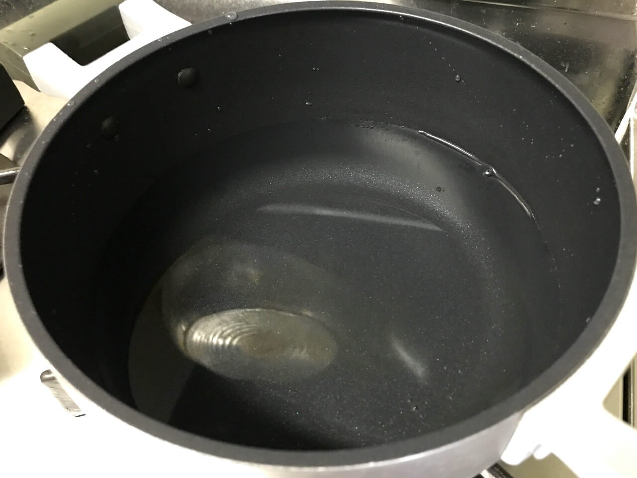 1.鍋に水を750mlリットル入れる。