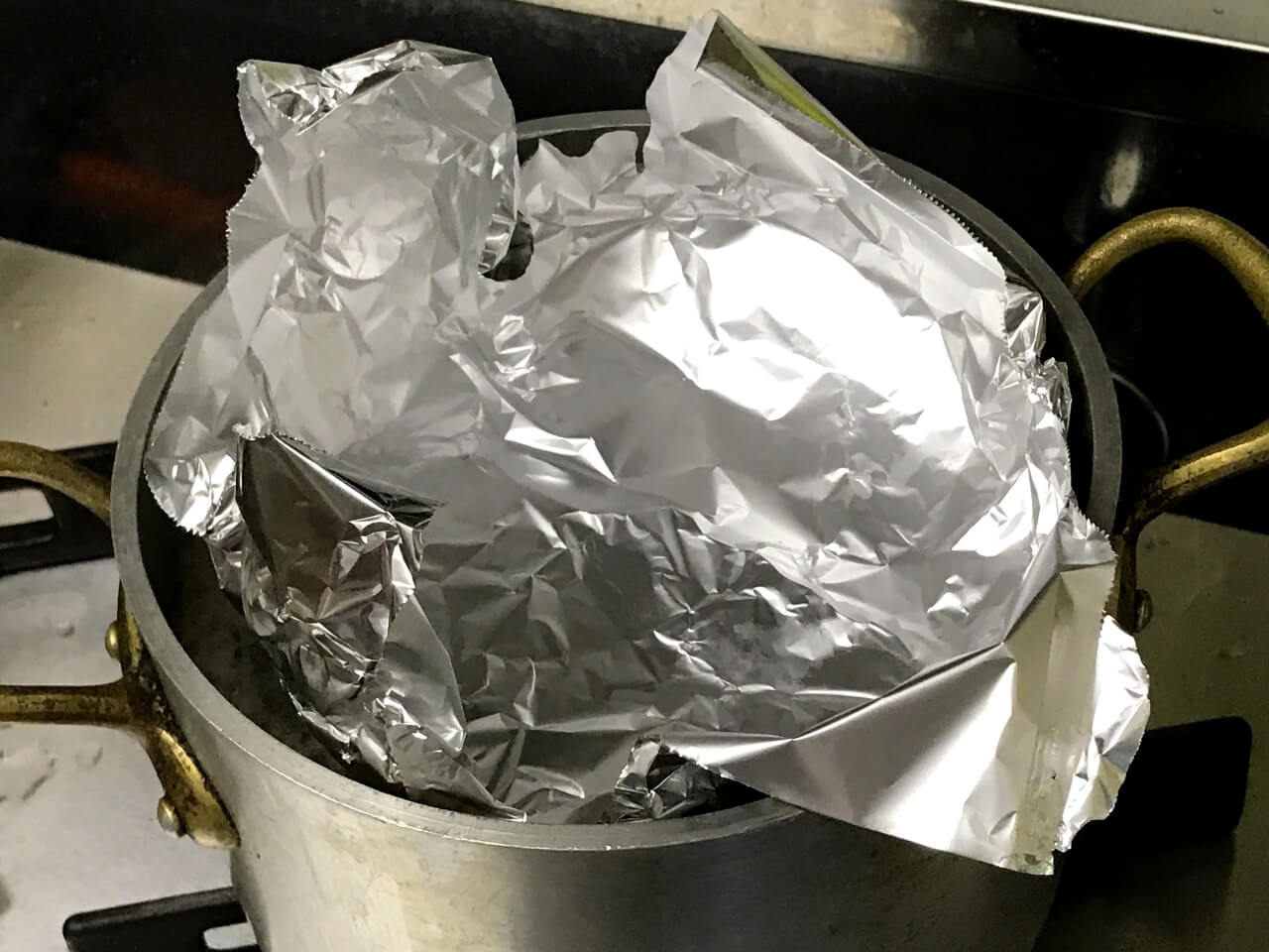 5.沸騰したらアクを取り除き、アルミホイルで落とし蓋をして15分煮る。
