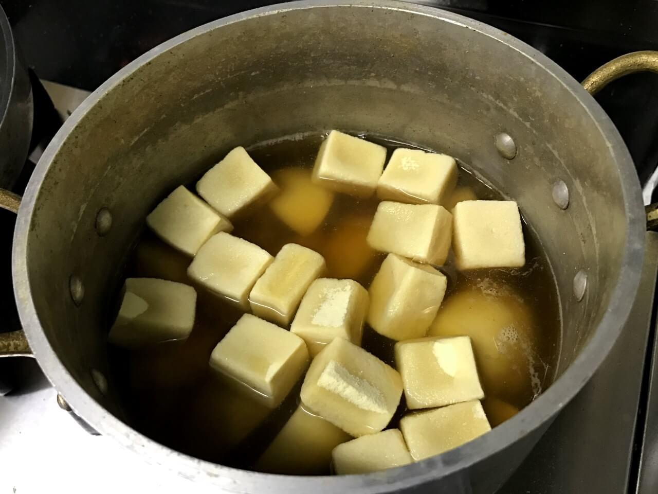 6.15分経ったら火を止めて落とし蓋を取り、高野豆腐を入れて15分中火で煮る。