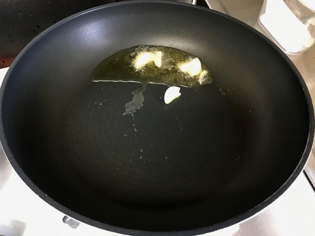 7.ニンニクを入れて揚げるように炒める。