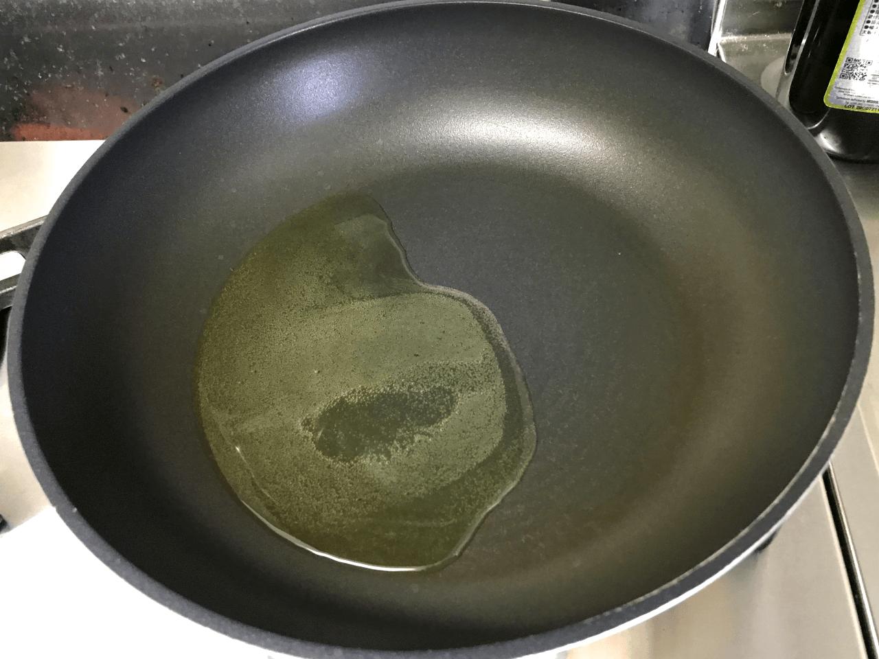 8.熱したフライパンにオリーブオイル 大さじ2を入れる。