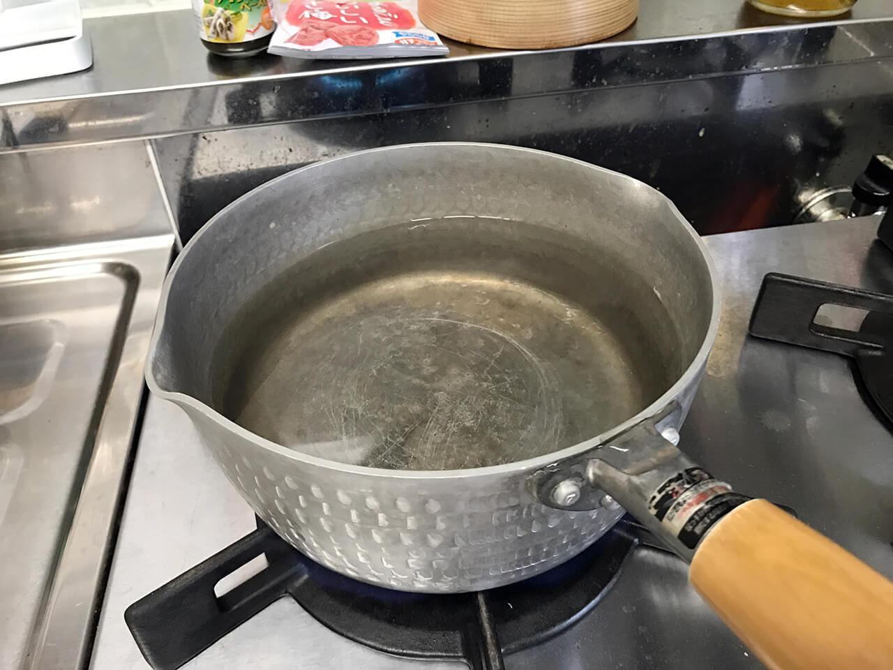 2.鍋に400ミリリットルの水を入れてお湯を沸かす。