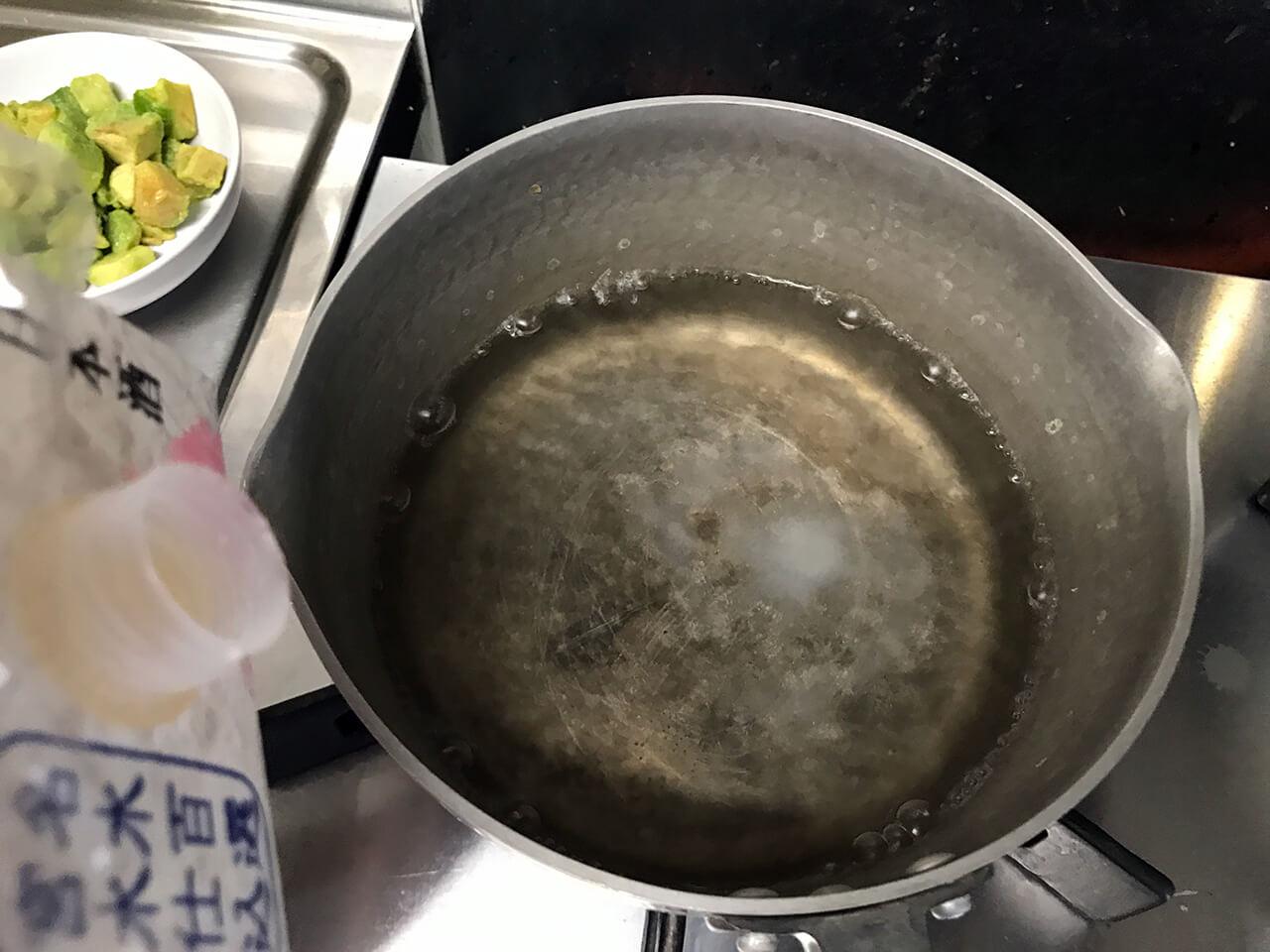 9.鍋のお湯に塩 小さじ1、酒 大さじ2を入れる。