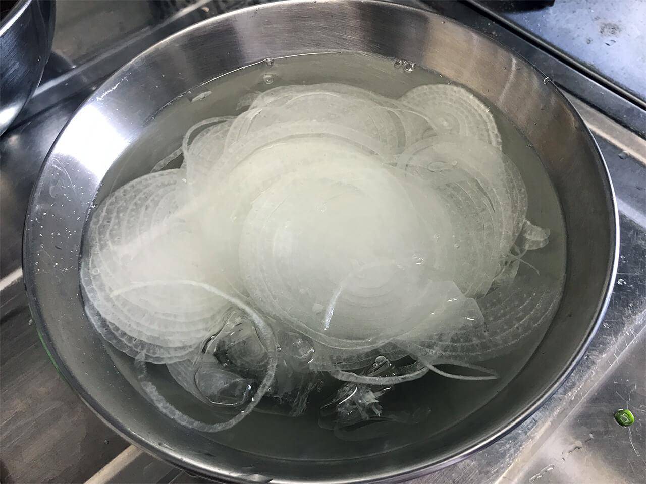 6.スライスした玉ねぎを氷水にさらす。