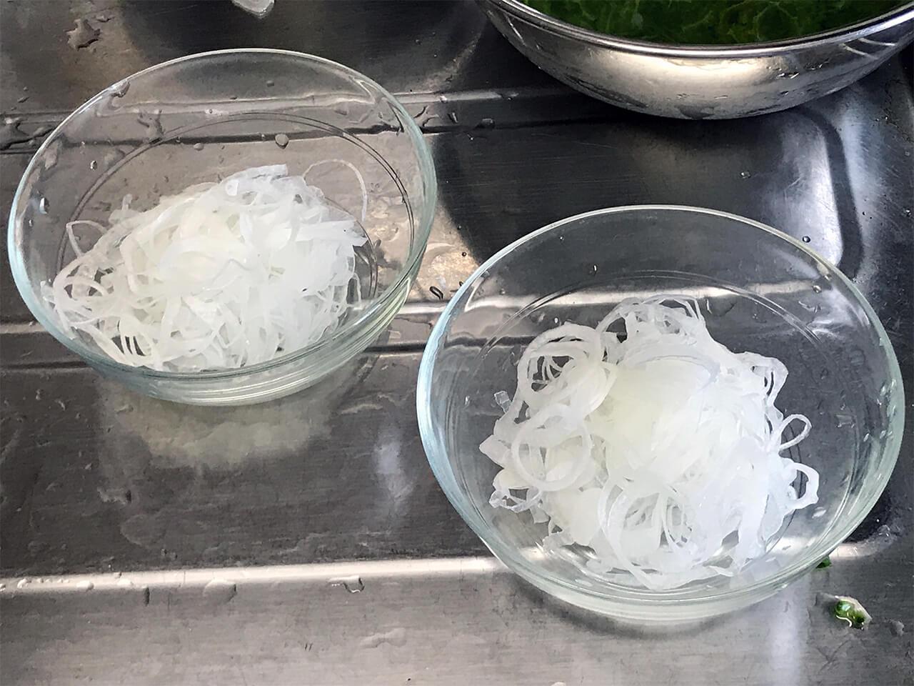 7.30分~2時間後、オニオンスライスを硬く絞って皿に盛る。
