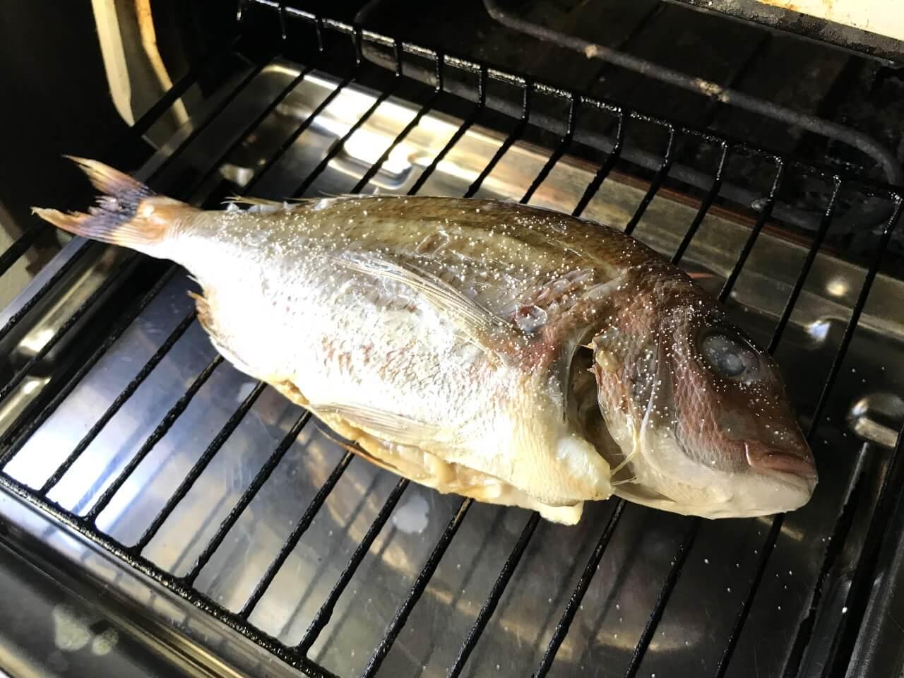 1.鯛を塩焼きにする。自動の場合は生姿焼きではなく、切身モードで焼く。少し生っぽいくらいに焼く。