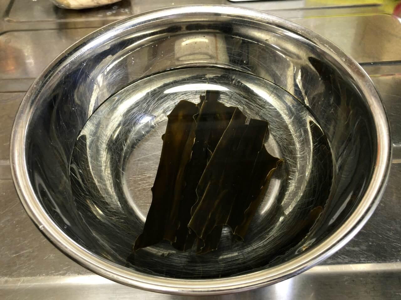 2.ボウルに600mlの水を入れ、昆布を浸けておく。
