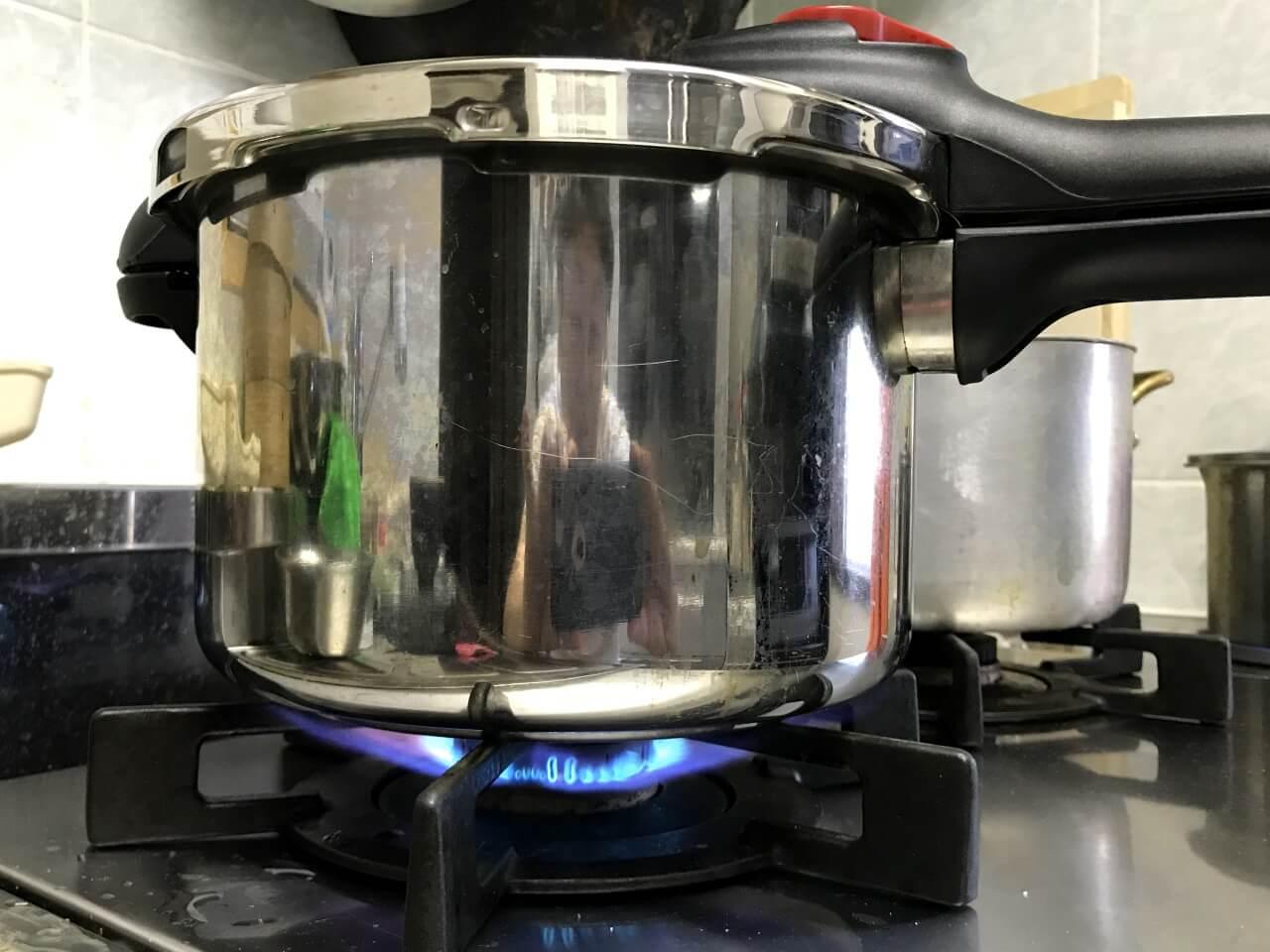 9.炊飯する。圧力鍋の場合は強火にかける。