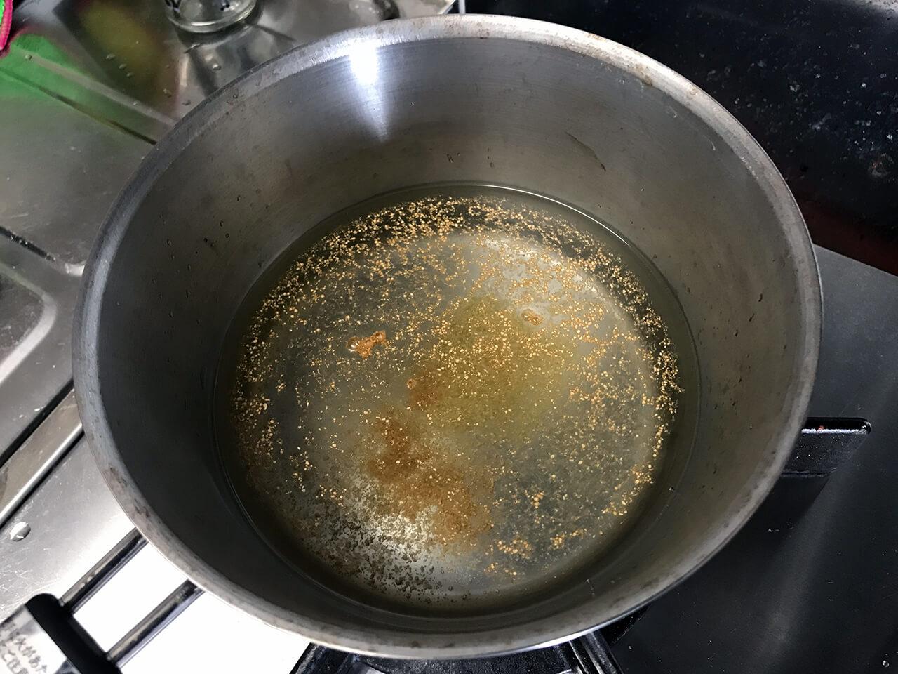 1.500mlの水に、出汁スティックを半分ずつ入れて、火にかける。