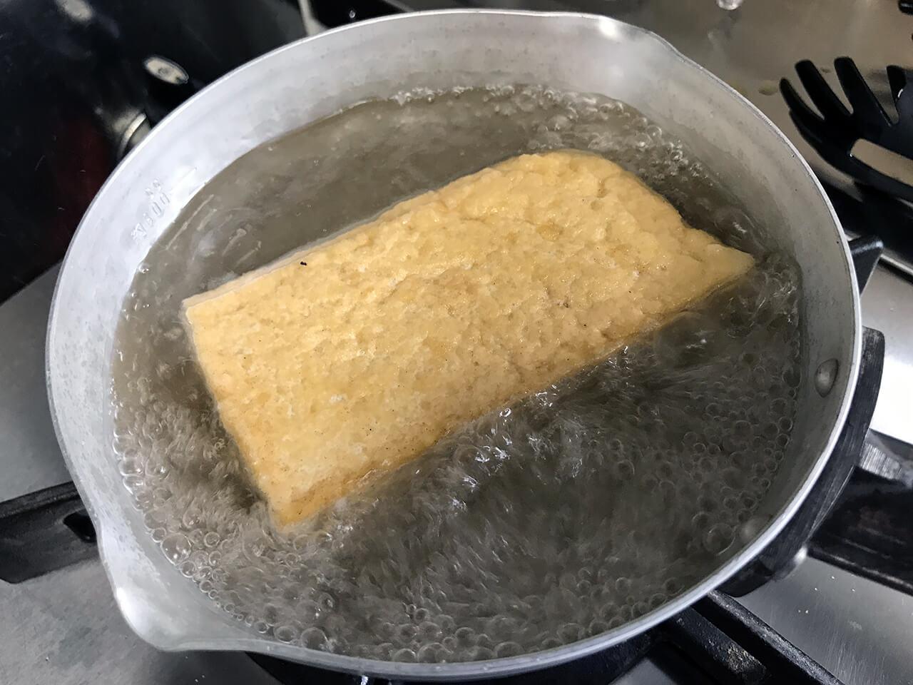 4.沸いたら厚揚げを入れる。1〜2分ゆでて油を抜く。