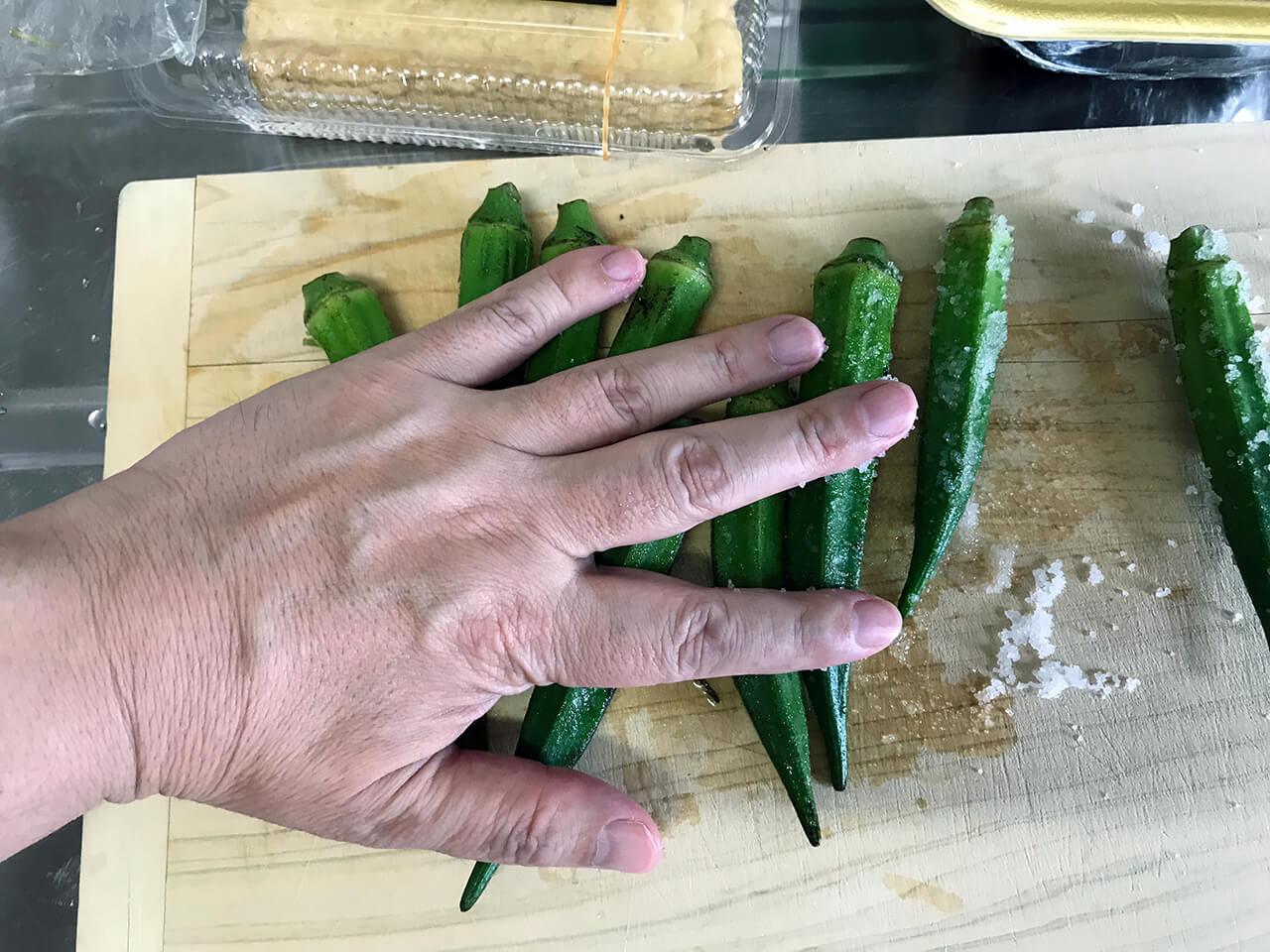5.まな板に塩を敷き、オクラを塩ずりする。
