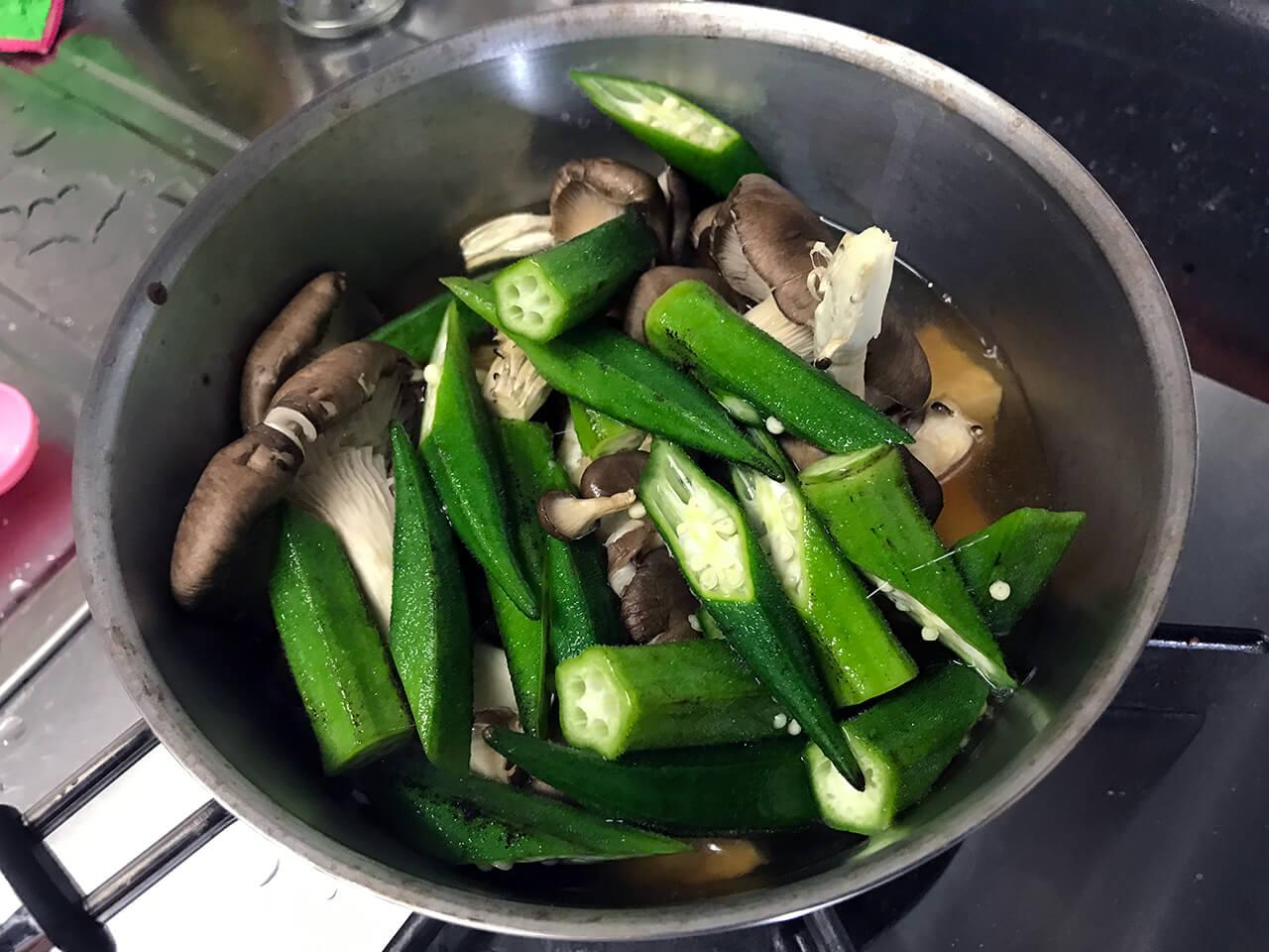 9.オクラとキノコと厚揚げを鍋に入れて強火で煮る。