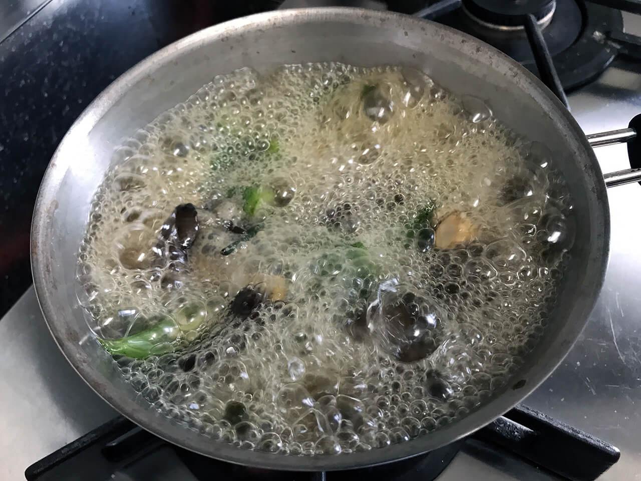 10.沸騰したら5分間煮る。アクが出たら取る。