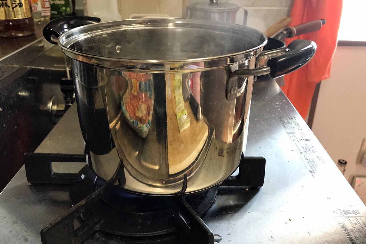 2.お湯が沸騰したら鍋を五徳の前にずらす。