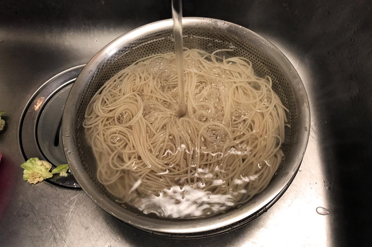 5.麺がゆで上がったら、水でよく洗ってぬめりを取る。