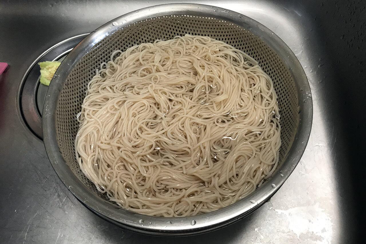 6.冷水で麺を締める。