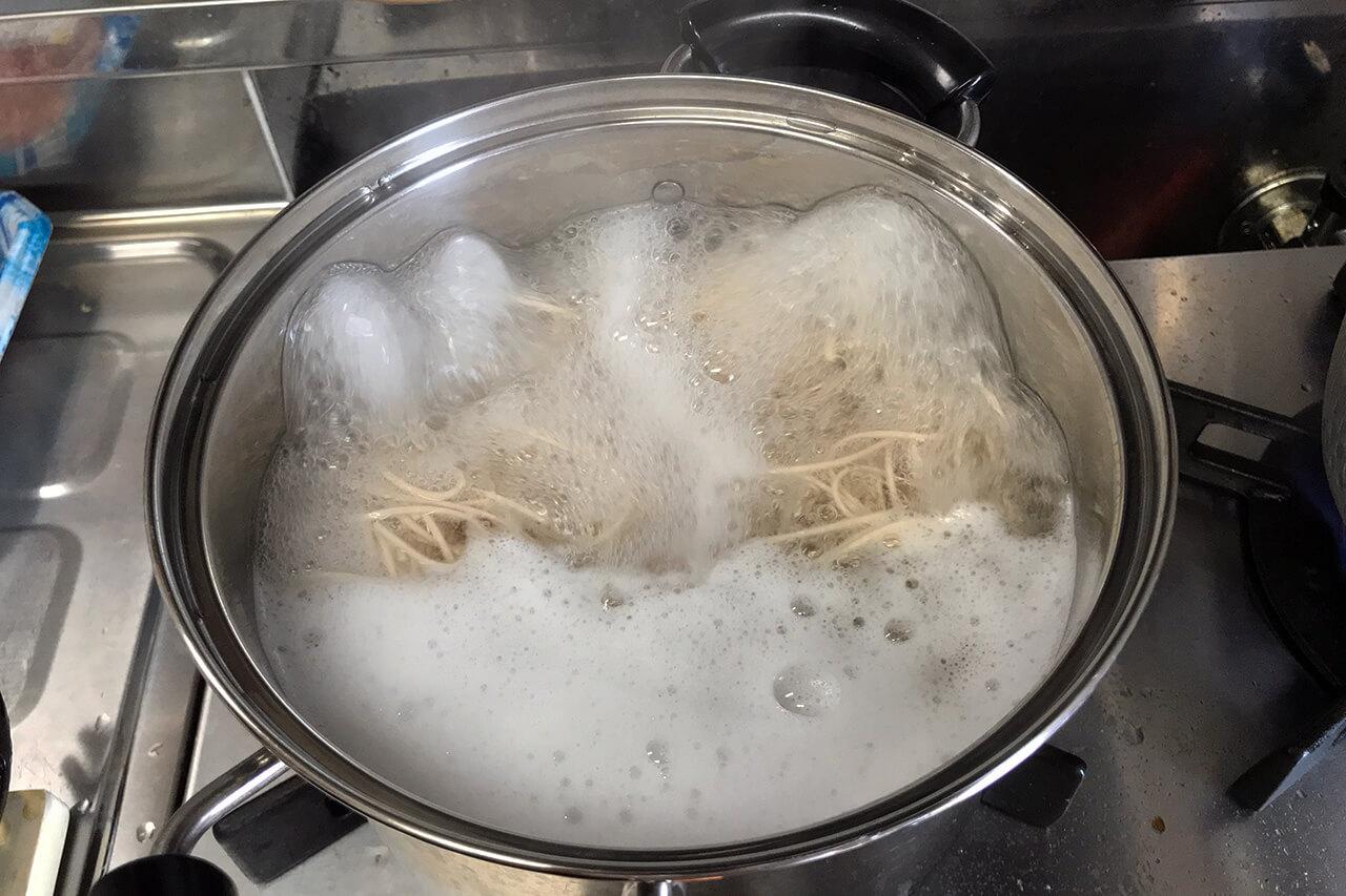 4.鍋からお湯があふれそうになったら水を50ml入れる(びっくり水と呼ぶ)