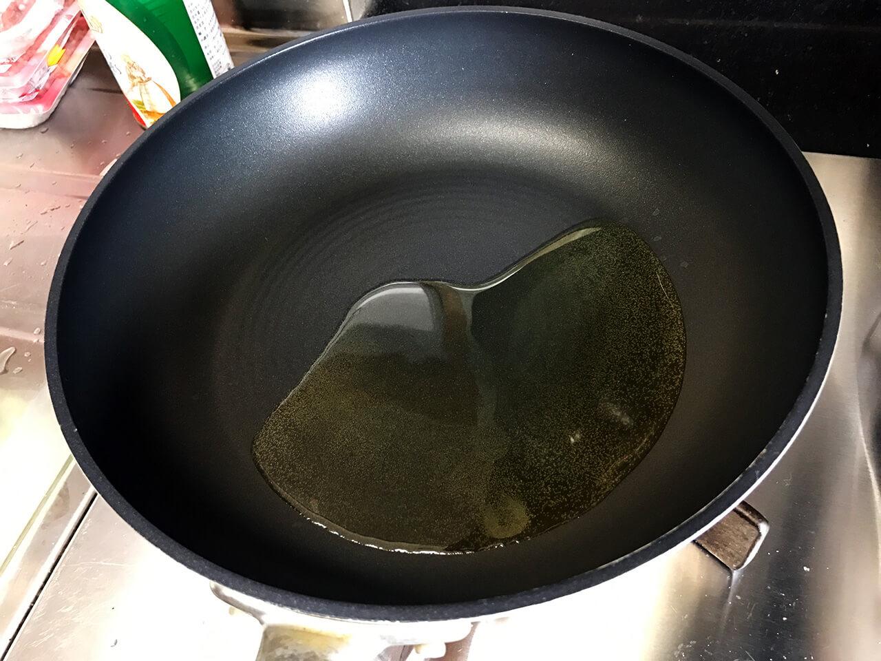 6.加熱したフライパンにオリーブ油 大さじ1を入れます。
