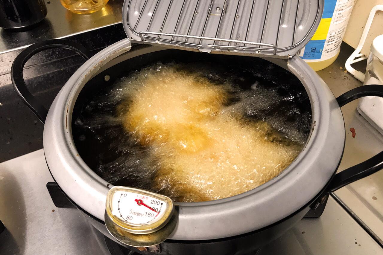 3.180度の油で4分間揚げる。