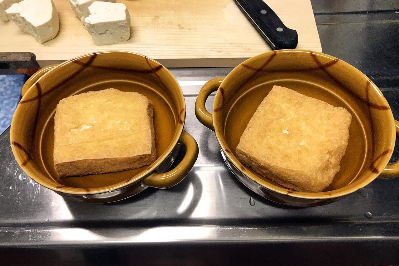5.耐熱皿に揚げ豆腐を入れる。
