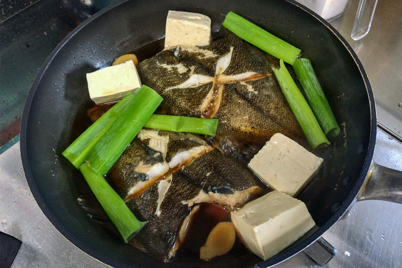 6.弱火にして、豆腐を入れる。長ネギを入れても良い。