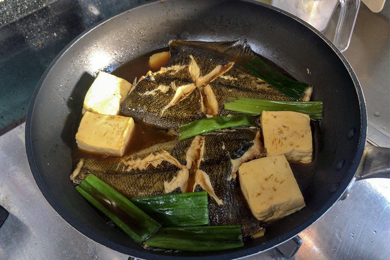 8.フタを取り、汁をすくって魚にかける。汁がやや煮詰まったらできあがり。