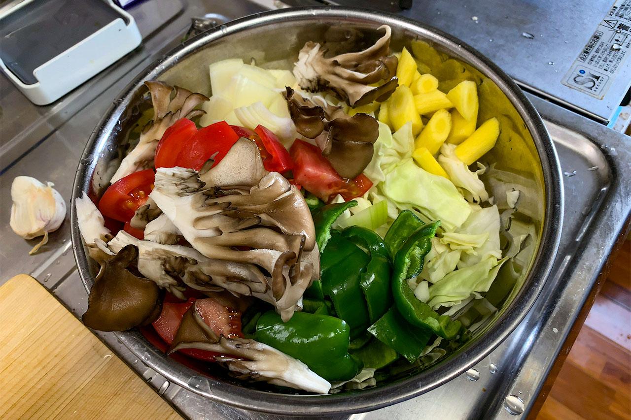 2.野菜はざく切りにする。キノコは一口サイズに割く。大きなキノコはスライスする