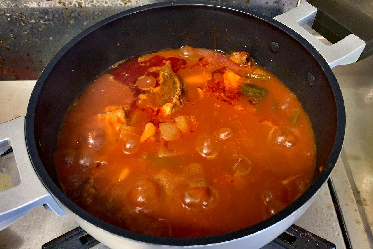 14.圧が下がったら鍋に移して、中火で加熱する。※トマトピューレを使った時は不要