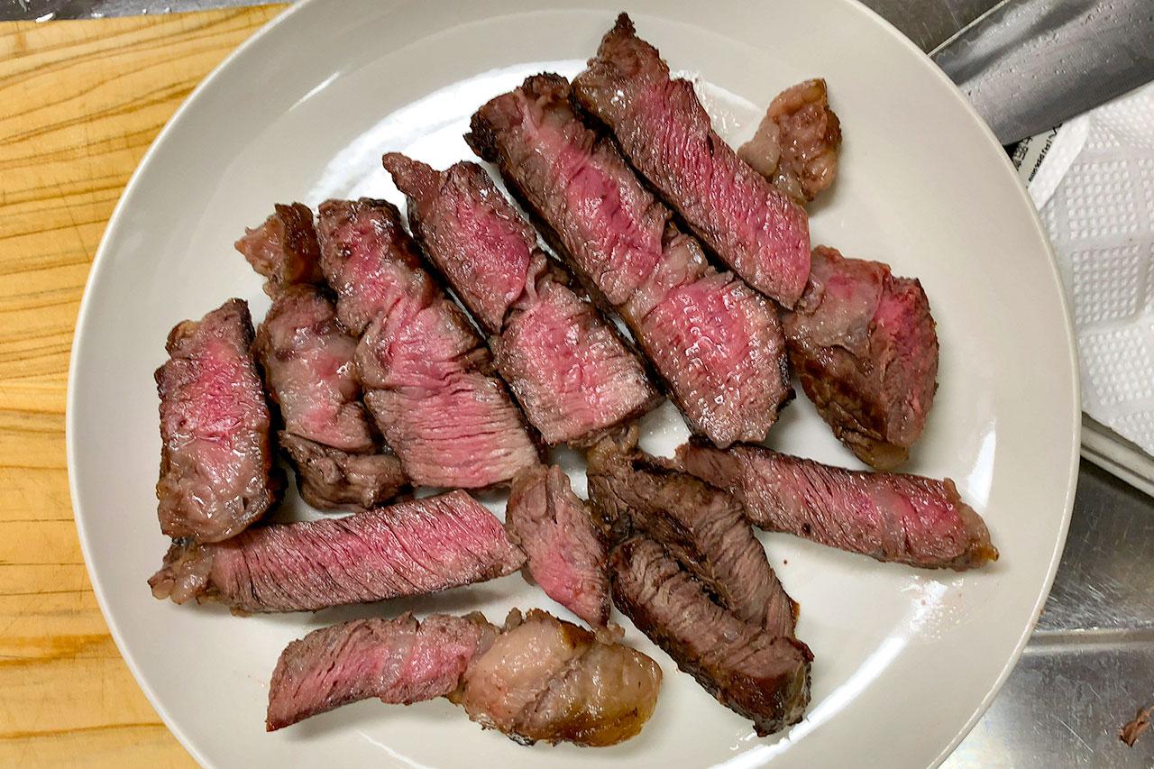 13.肉を切って皿に盛り付ける