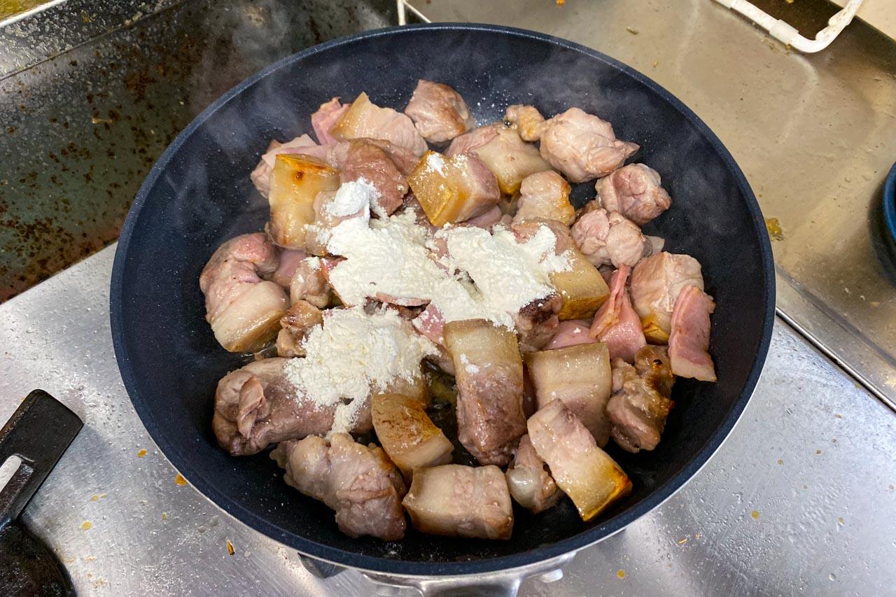 5.弱火にして、小麦粉大さじ3を加え、だまにならないように1分間炒める