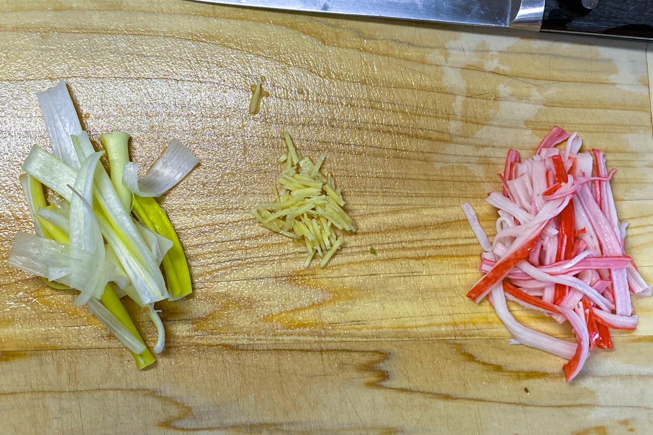 3.生姜は千切り、長ネギは5cmの長さで縦に四つ割にして細切りに、カニカマは手で細く裂く