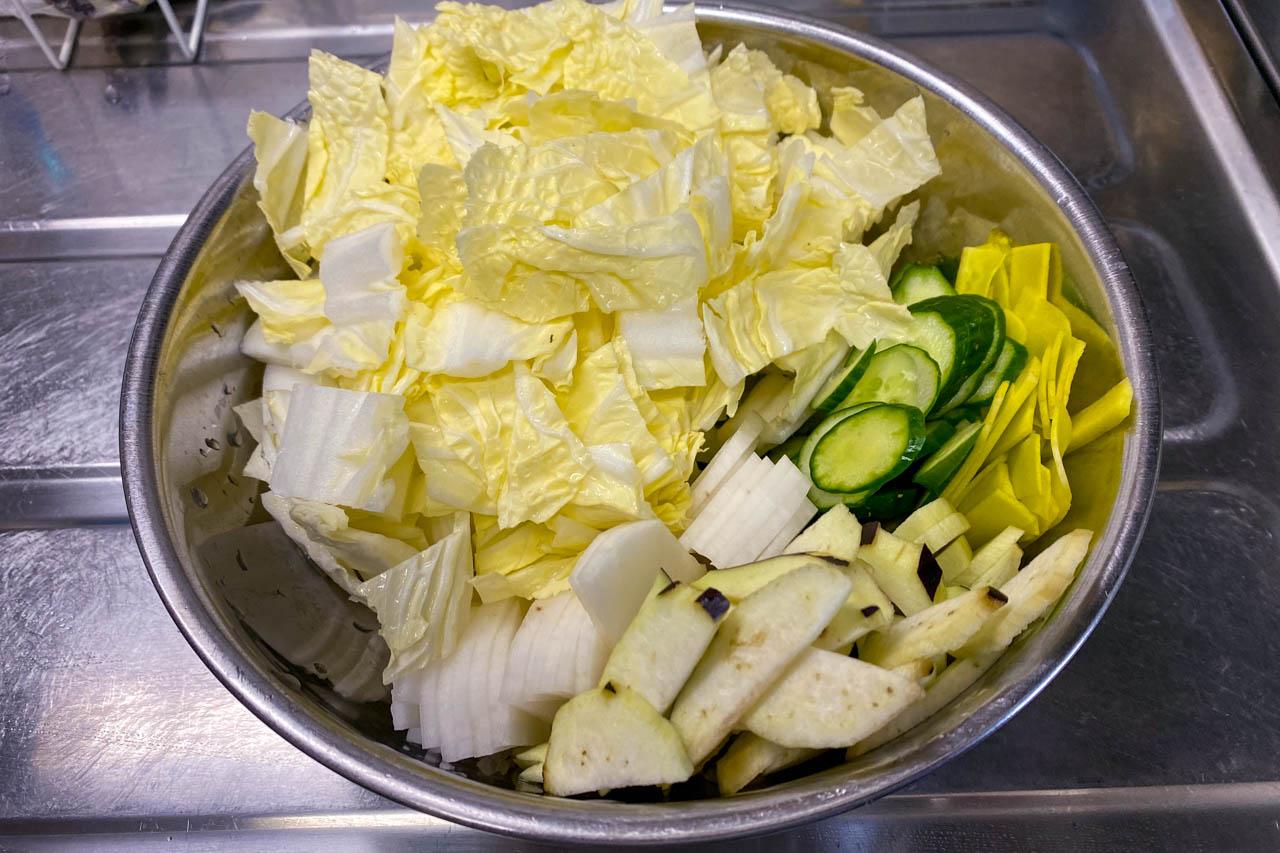 1.ボール山盛りに野菜を漬物に適した一口サイズにカットにする。基本的には薄くスライスし、葉野菜は一口サイズにする