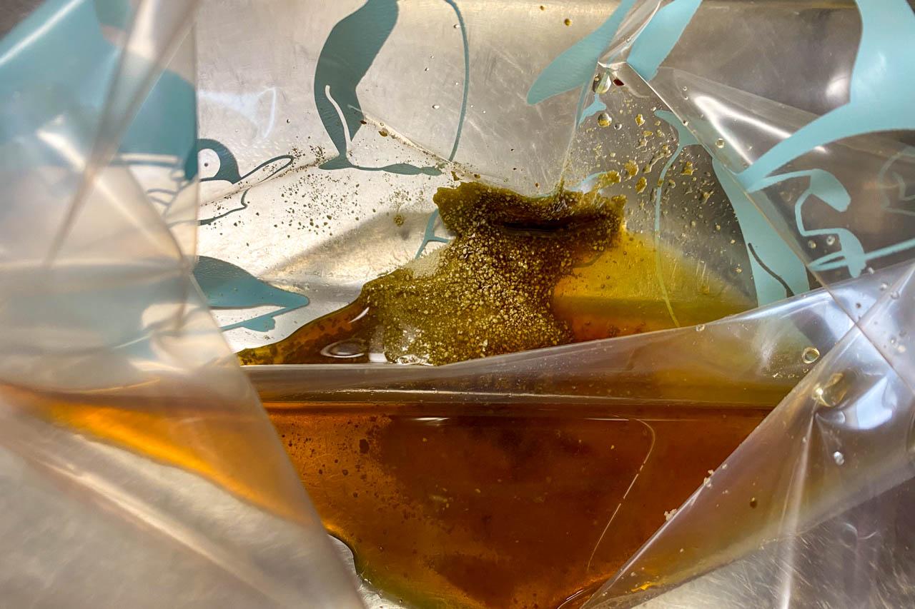 3.ジップロックLサイズに昆布だしスティック1本藻塩 小さじ1、醤油 小さじ1、りんご酢 大さじ2を入れる