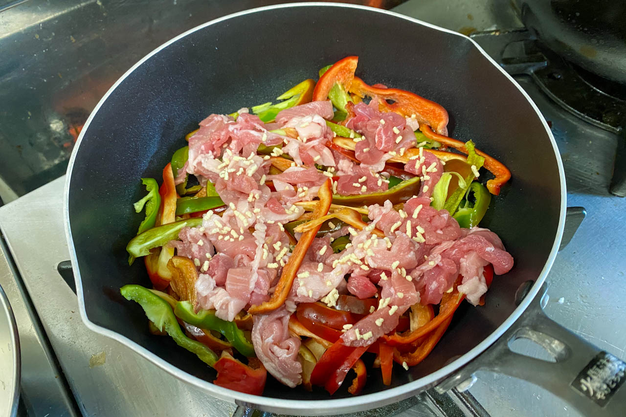 6.肉、ピーマン、鶏がらスープ  小さじ1を入れる